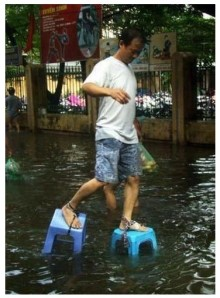 294724-manila-flood-filipinos-find-ways-to-cope-in-rising-floodwaters